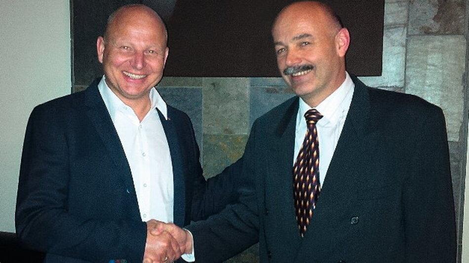 Neue Kooperationspartner: Jürgen Ruther (links) und Mark Cartlidge, CEO von Displaze UK, bei der Vertragsunterzeichnung.