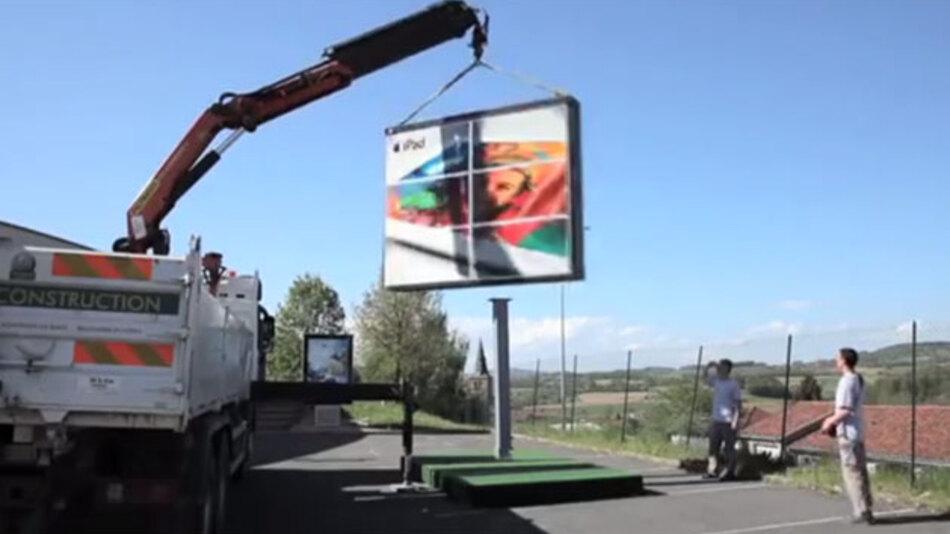 Das erste vollständig autonome Outdoor-Werbedisplay vom Anbieter Prismaflex wird über im Display verstecke Solarzellen versorgt.