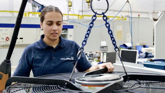 Die Elektronikerin Vanessa Eichhorn prüft bei Ziehl-Abegg einen Ventilator.