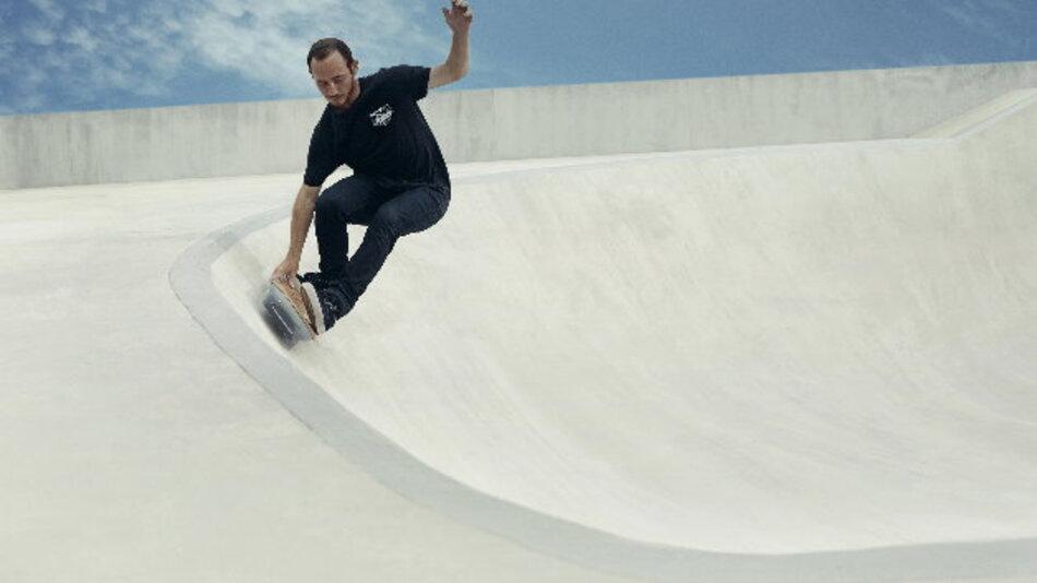 Rollen unter dem Skateboard gibt es nicht: das suprleitende Material schwebt über den in die Bahn eingelassenen Magnetschienen und trägt den Fahrer