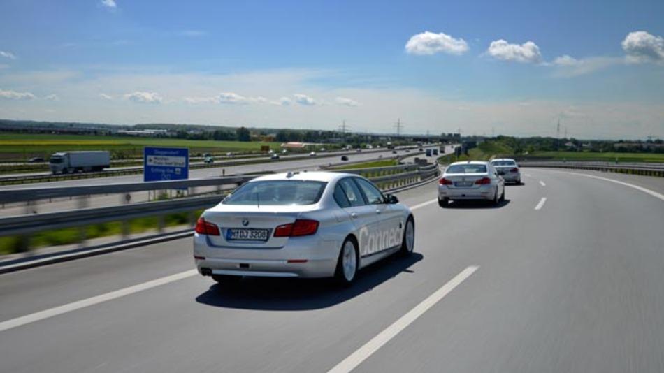 Forschungsflotte von BMW beim hochautomatisierten Autobahnwechsel an Autobahnkreuzen