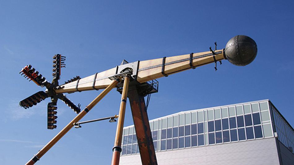...kreisförmig drehen. Zu guter Letzt dreht sich der 30 Meter lange Schwenkarm um eine feststehende Achse – ähnlich einem Pendel.