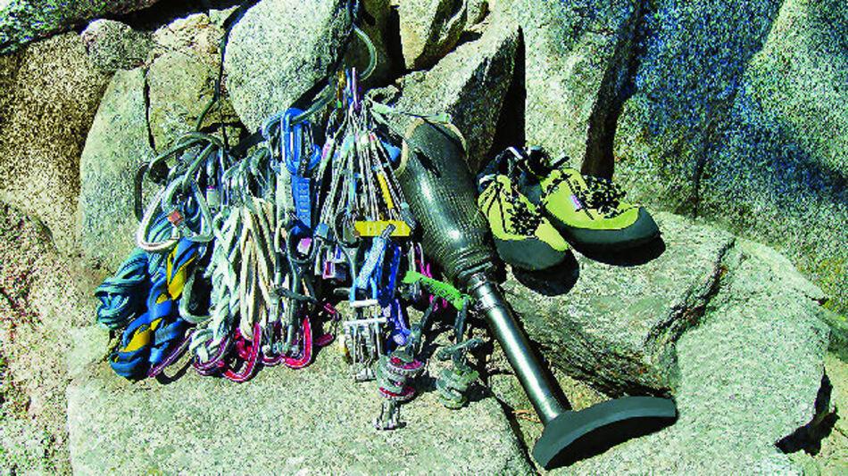 """Bild 1a. Der unterschenkelamputierte Kletterer C.J. Howard positioniert seine lasergesinterte Kletterprothese aus Titan in der Kletterroute """"Hey Y'all Watch This"""" an den Luther Spires in South Lake Tahoe/Kalifornien."""