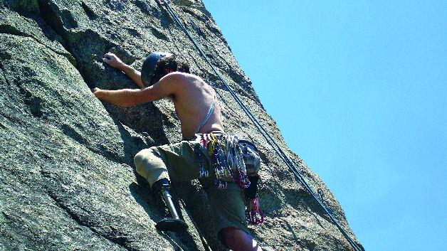 """Bild 1b. Der unterschenkelamputierte Kletterer C.J. Howard positioniert seine lasergesinterte Kletterprothese aus Titan in der Kletterroute """"Hey Y'all Watch This"""" an den Luther Spires in South Lake Tahoe/Kalifornien."""
