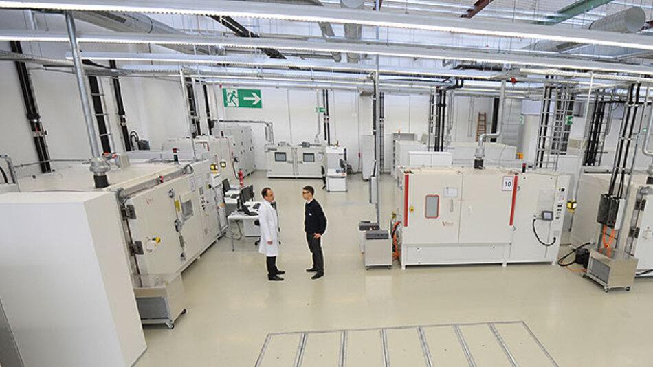 Bild 1. Blick in die Testräume für Lebensdauerprüfungen im Battery Testhouse der SGS in München.