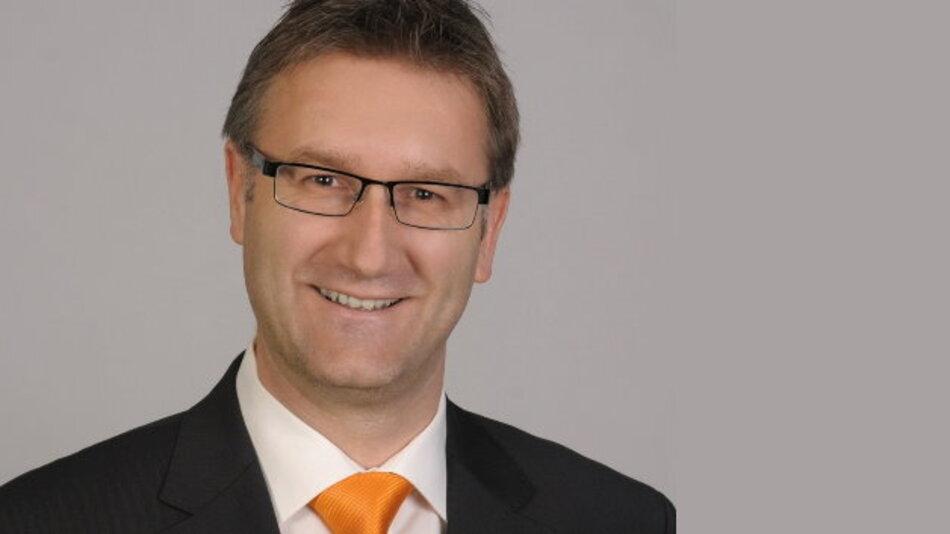 Dr. Jörg Heerlein, Senior Manager Product Marketing von Osram Opto Semiconductors: »Als gängigste Lichtquelle haben sich IRED mit 850 nm Wellenlänge etabliert. Dieses Spektrum ist für Menschen kaum mehr wahrnehmbar, liegt aber noch sehr gut im Empfindlichkeitsbereich der Kamerasensoren.«