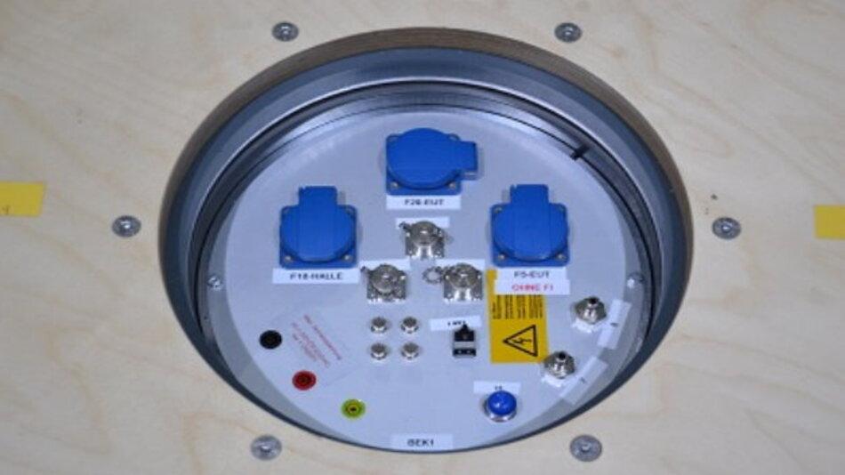 Für den Fall, dass ein Prüfling nur in Kombination mit einem PC oder Tablet funktioniert, wird der Computer über ein Glasfaserkabel von außerhalb der Halle kontrolliert, wodurch weniger Interferenz erzeugt wird und exaktere Funk- und EMV Messungen durchgeführt werden können.