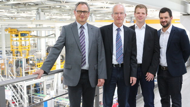 Matthias Schaffeld (Miele), Martin Fuchs (Miele), Jens Eickmeyer (Fraunhofer), David Schaffranek (Fraunhofer) (v.l.) vor der Spülraumfertigung im Werk Bielefeld.