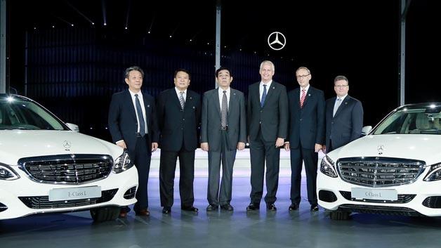 Hubertus Troska (3.v.r.), Vorstandsmitglied der Daimler AG verantwortlich für Greater China, Xu Heyi (2.v.l.), Chairman der BAIC Group und deren Tochter BAIC Motor, Peter Schabert (2.v.r.), President und CEO von BBAC, Frank Deiss (1.v.r.), Leiter Produktion Powertrain MBC und Standortverantwortlicher Mercedes-Benz Werk Untertürkheim.