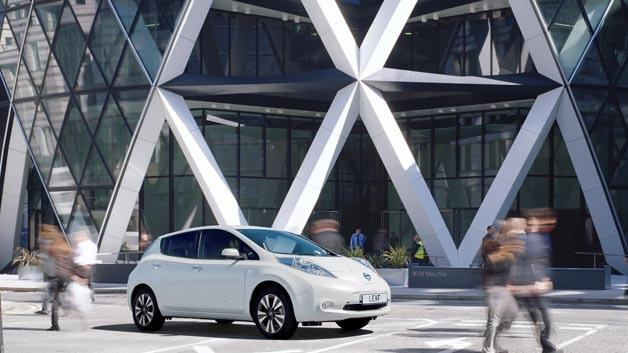 Tankstelle von morgen wird stärker in das urbane Umfeld integriert – daran arbeiten Nissan und Foster + Partner.