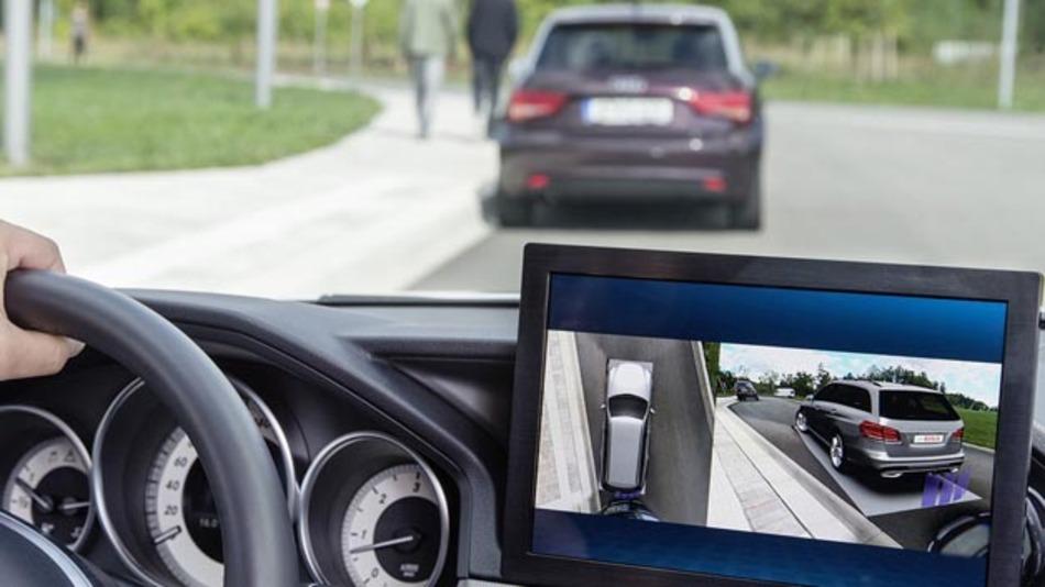 Im Monitorbild des neuen Multikamerasystems von Bosch verschmelzen virtuelle und reale Welt. Sein Fahrzeug sieht der Fahrer als detailgetreues 3D-Modell mit Designmerkmalen wie Sicken und Kanten.
