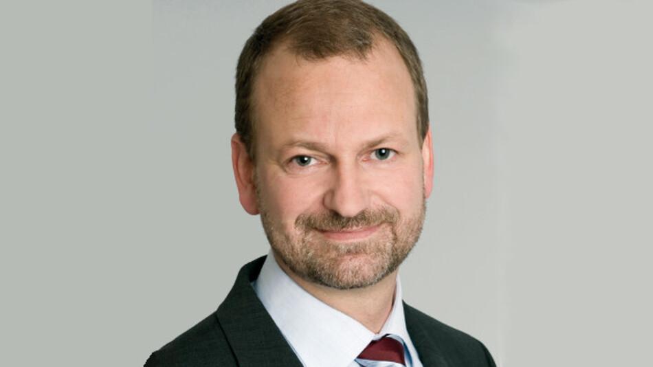 Johannes Stein, VDE/DKE: »RAMI wird uns auch dabei helfen, diese verschiedenen Normungswelten besser miteinander zu vernetzen. Es kann beispielsweise sein, dass ein Communication-Layer aus der IT-Welt mit den applikationsspezifischen Informationsmodellen der IEC auf dem Information-Layer verbunden werden.«