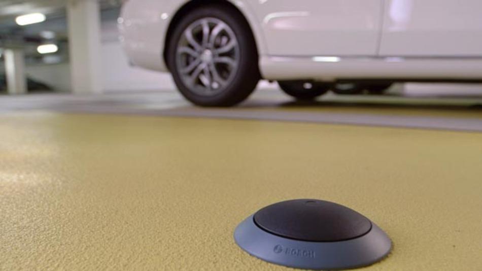 Mit dem aktiven Parkraum-Management von Bosch finden Autofahrer ohne Umwege den richtigen Stellplatz. Die intelligente Technik erkennt und meldet, wie viele Parkplätze in einer Innenstadt frei sind und welche genau.