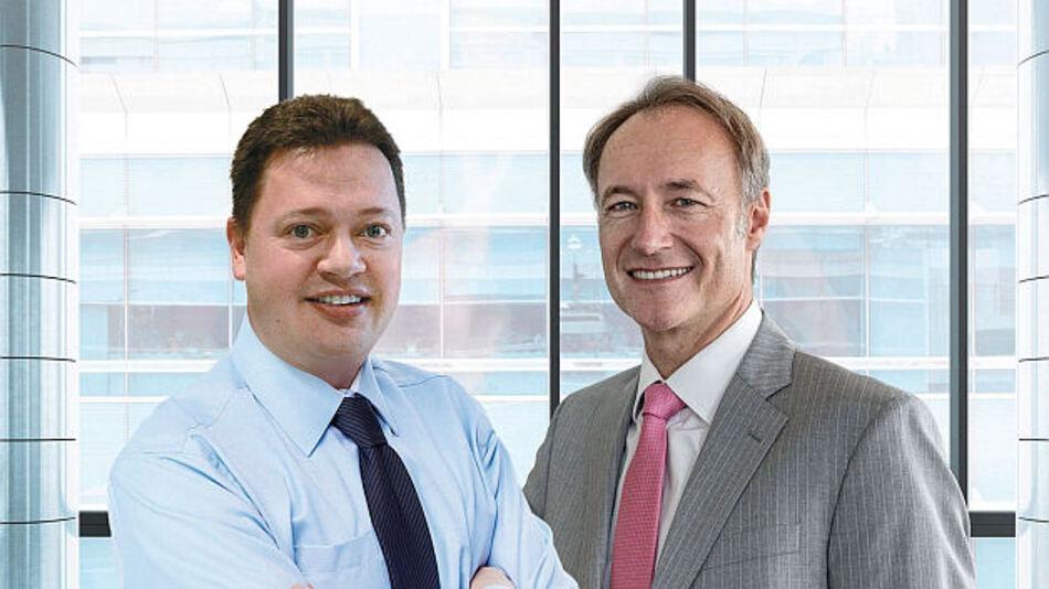 Geschäftsführer Steffen Eber, Electronic Assembly, und links Herr Wigmore, Managing Director von Lascar Electronics