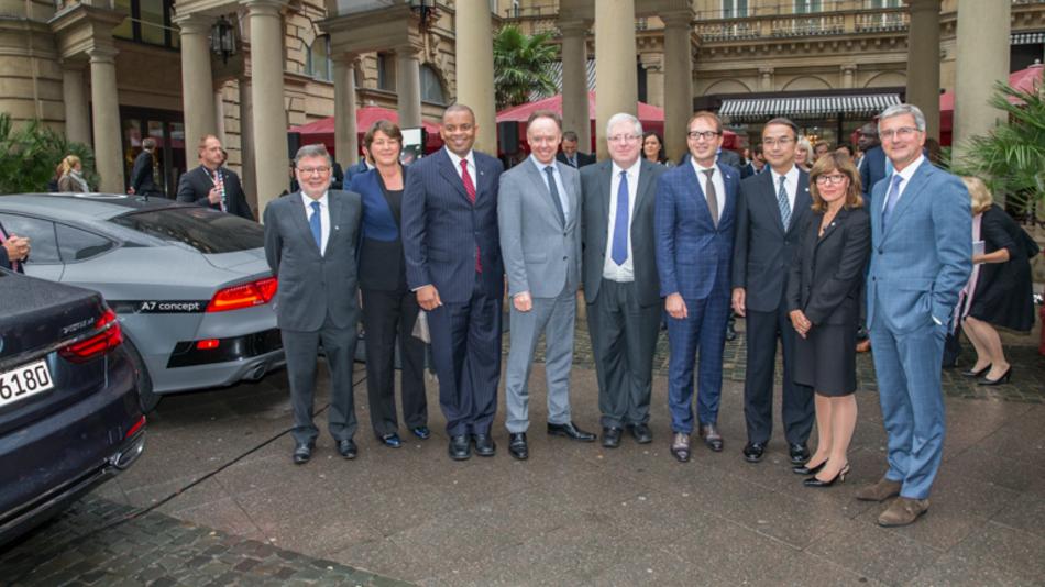 Die G7-Verkehrsminister mit Audi Vorstand Rupert Stadler (rechts) auf der IAA