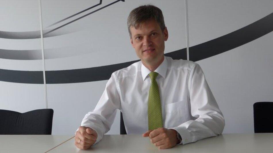 Michael E. Hafner entwickelt Fahrerassistenzsysteme für Mercedes-Benz. Als Leiter des Centers Fahrerassistenzsysteme und Aktive Sicherheit verantwortet er die Auslegung und Serienentwicklung von Brems- und Fahrerassistenzsystemen.