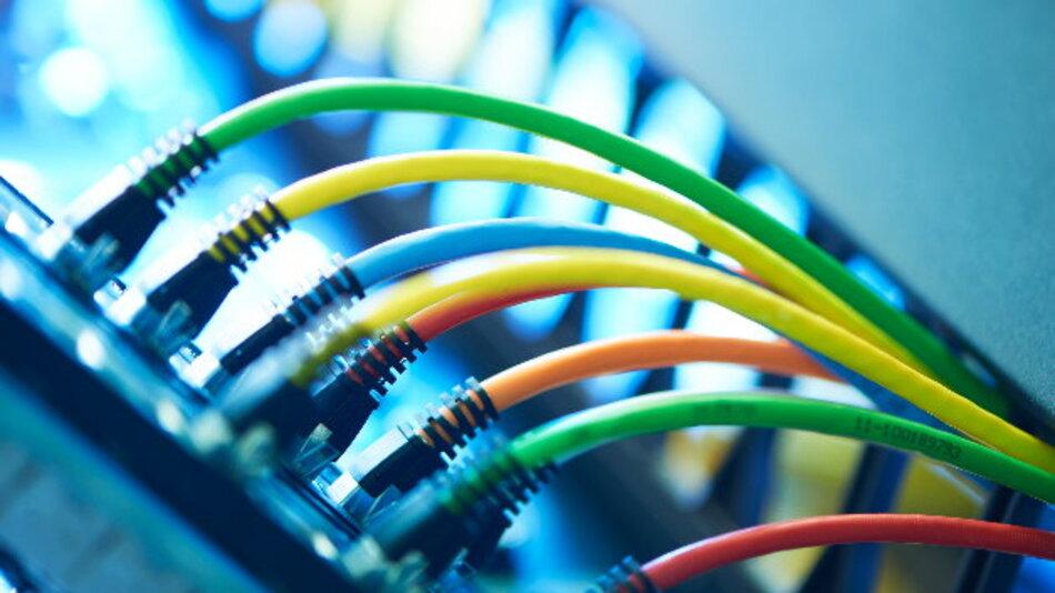 Das vieradrige Power over Ethernet und seine Folgen. R&M hat dazu ein neues White Paper zusammengestellt.