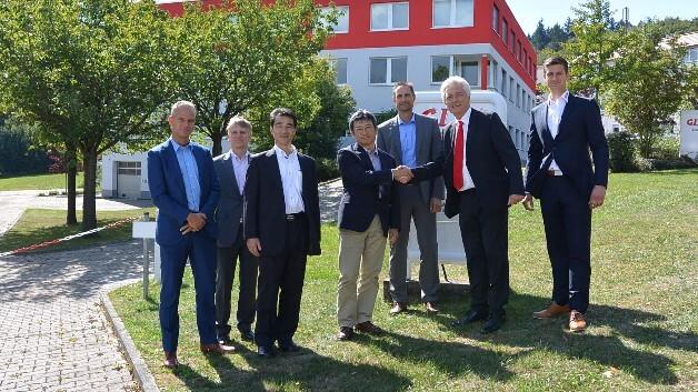 Handschlag bekräftigt Vertragserweiterung (v.l.n.r.): Rene Verhoeckx, Karl-Heinz Lambertz, Masaaki Hioshima, Hiroshi Ogawa, Thomas de Laar (Tianma), Glyn Jones und Markus Mann (Glyn).