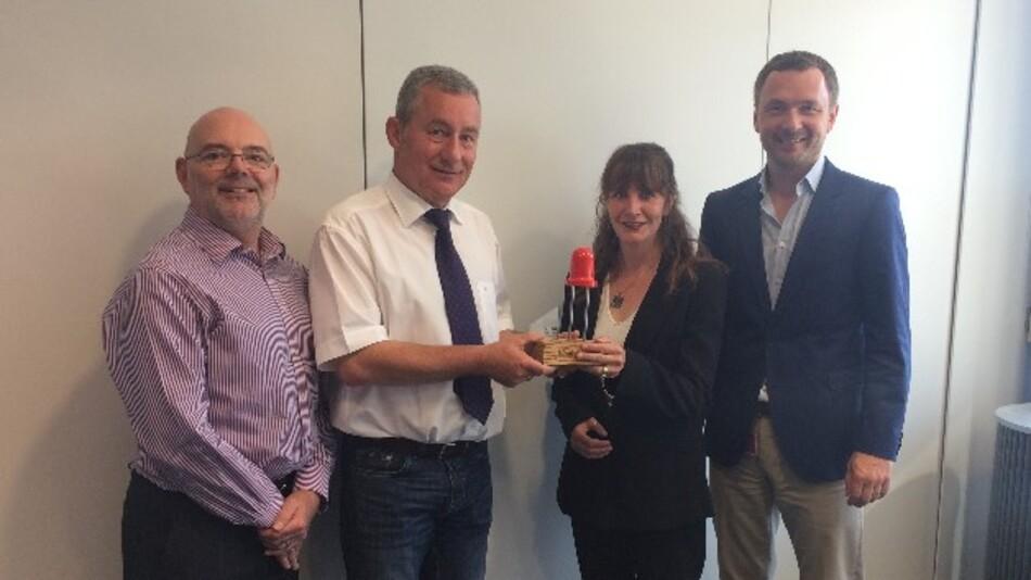 Verleihung des Award in Platin (v.l.n.r.): Alan Jermyn (Avnet Abacus); Udo Reinhold (Kingbright Europe); Juliette Whithair und Hagen Götze (beide Avnet Abacus)