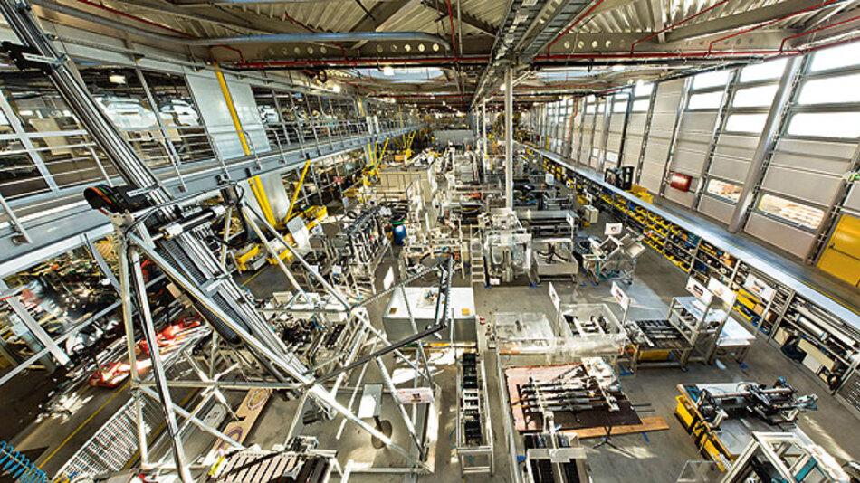 Bild 1. Auf 1750 m2 betreibt Igus sein Testlabor mit 58 Testständen zur Lebensdauerprüfung von Leitungen in Energieketten. Über 2 Milliarden Testzyklen wurden bisher in diesem Labor gefahren.