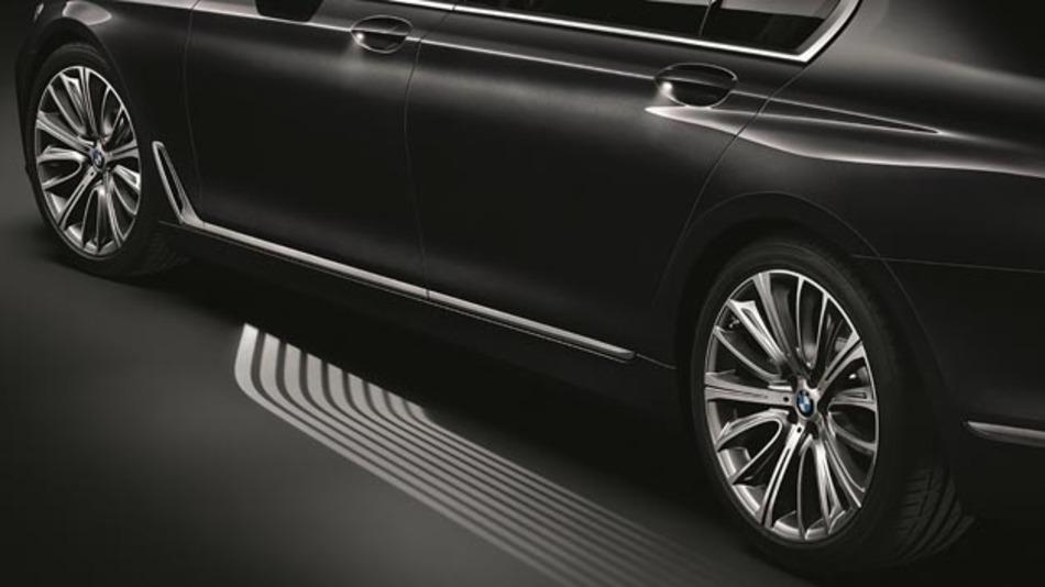 Mikrolinsen projezieren das Licht auf den Einstiegsbereich des neuen BMW 7er.
