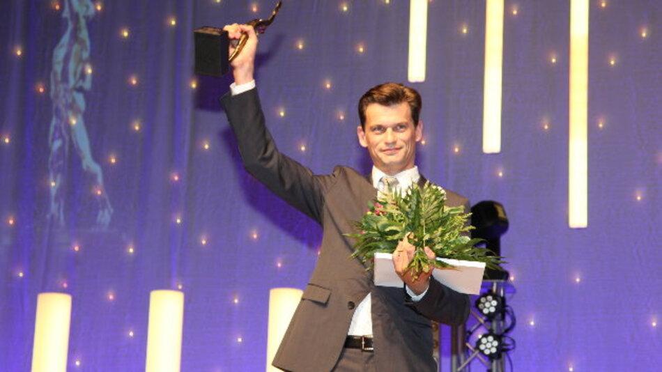 Hendrik Richter, Geschäftsführer der Aimess Services GmbH, nimmt den »Großen Preis des Mittelstandes« entgegen.
