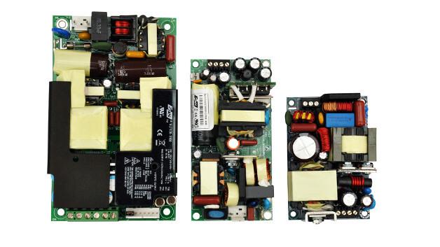 Rechts im Bild: das derzeit kleinste 120 W Netzteil für den Medizineinsatz: (M)WLP120 von EOS Power