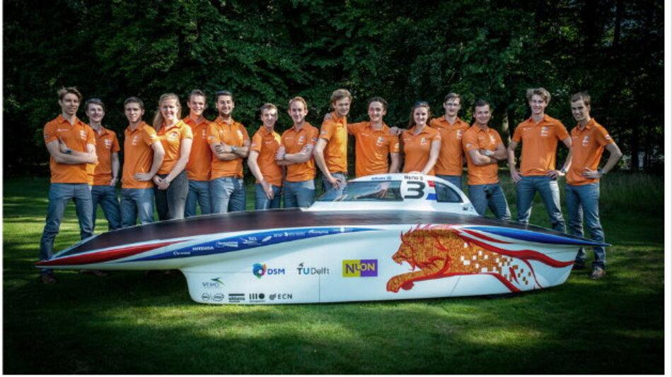 Eine technische Herausforderung für ambitionierte Studenten: Das niederländische Nuon Solar Team prüft derzeit das neu gebaute Solarfahrzeug Nuna8 auf Herz und Nieren.