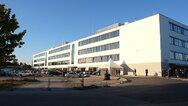 Das »Peter Pilz Produktions- und Logistikzentrum« im Abendlicht.