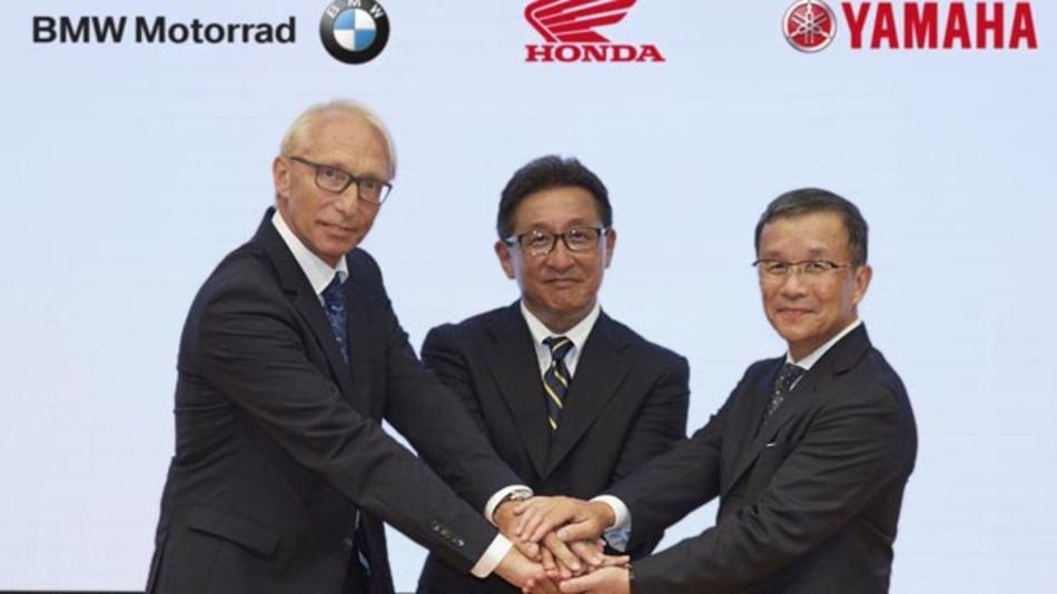 Besiegelten die Gründung des Connected Motorcycle Consortium mit einem Handschlag: Karl Viktor Schaller (BMW), Tetsuo Suzuki (Honda), Takaaki Kimura (Yamaha) (vlnr).