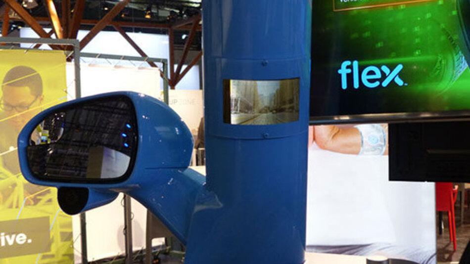 Ein flexibles AMOLED-Display in der A-Säule eines PKW, verbunden mit einer Kamera am Seitenspiegel, erweitert das Sichtfeld des Fahrers.