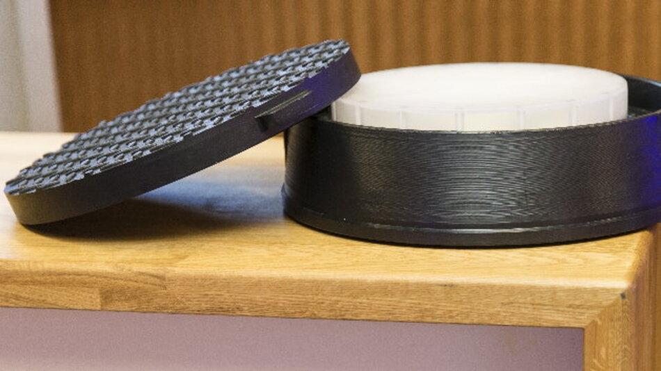 Swisscom setzt für seine Antenne im Kabelschacht auf die MIMO-Technik und einen Deckel aus Kunststoff.