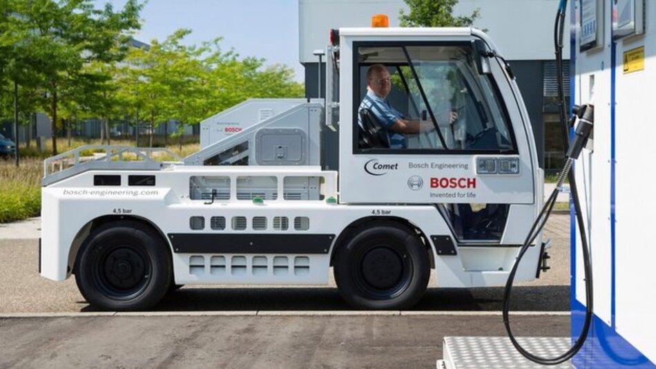 Brennstoffzellen-Gepäckschlepper im Testbetrieb am Flughafen.