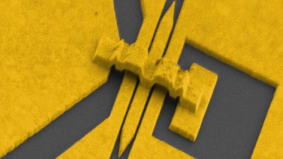 Mikromodulator aus Gold in einer kolorierten elektronenmikroskopischen Aufnahme. Im Schlitz in der Bildmitte wird Licht in Plasmon-Polaritonen umgewandelt, moduliert und wieder in Lichtpulse zurückgewandelt.