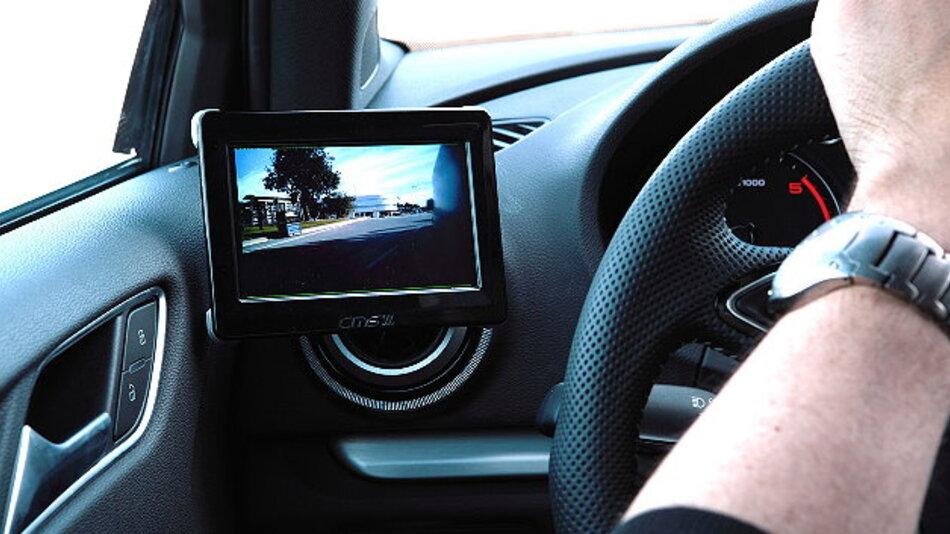 Auf den ins Fahrzeug integrierte Displays werden die von den Kameras aufgenommenen Bilder dargestellt.