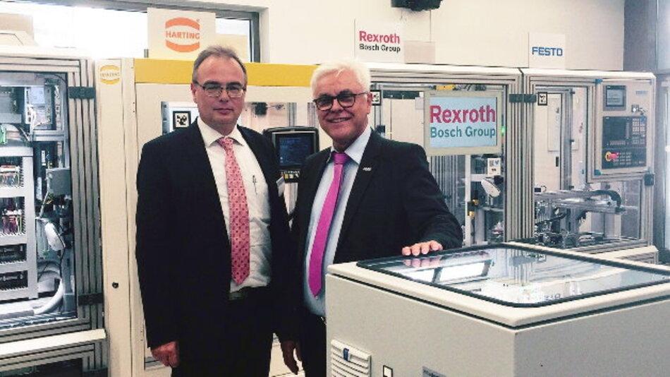 Im Rahmen des Innovationstags 2015 Anfang Oktober in Kaiserslautern begrüßte Prof. Dr. Ing. Dr. h.c. Detlef Zühlke (rechts im Bild), Vorstandsvorsitzender der SmartFactory-KL, Rittal als 40. Mitglied der Initiative, hier vertreten durch Uwe Scharf (links), Geschäftsbereichsleiter Produktmanagement bei Rittal.
