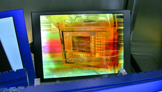 Der Golden-Layer-Effekt tritt häufig bei Touchscreens auf, die Feuchtigkeit gezogen haben.