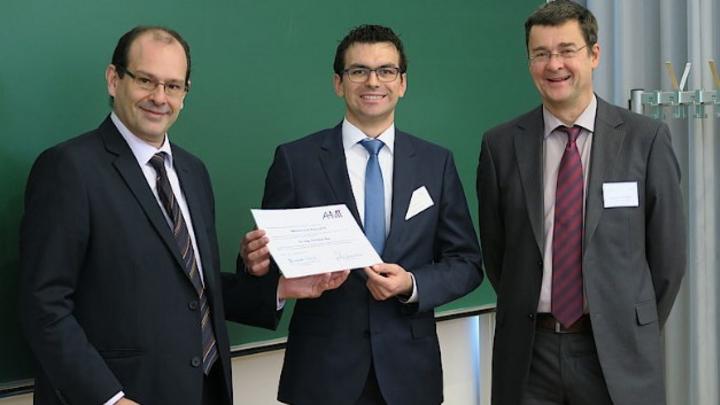Die Preisverleihung fand an der TU Ilmenau statt: Links der Vorsitzende des AHMT, Prof. Fernando Puente León vom Karlsruher Institut für Technologie, Christian Bur (Mitte) und Prof. Andreas Schütze.