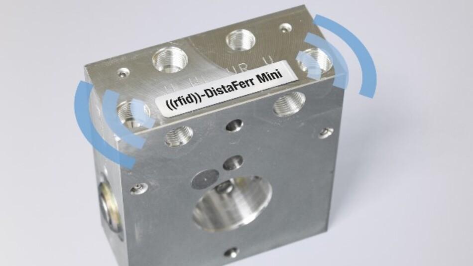 Lesereichweiten von bis zu 1 Meter ermöglicht Schreiners extrem kleines RFID-Label »rfid-DistaFerr Mini« für metallische Untergründe.