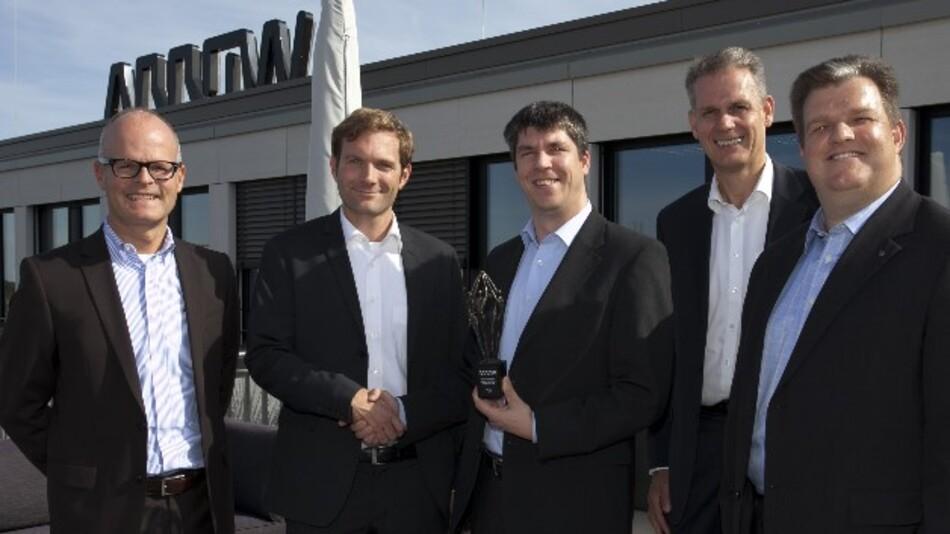 Freuen sich über den Design-In-Award (v.l.n.r.): Axel Prauss (Arrow), Tobias Bischoff (FCI), Florian Brenner (Arrow) Jean Quecke (Arrow) und Michael Clarner (FCI).