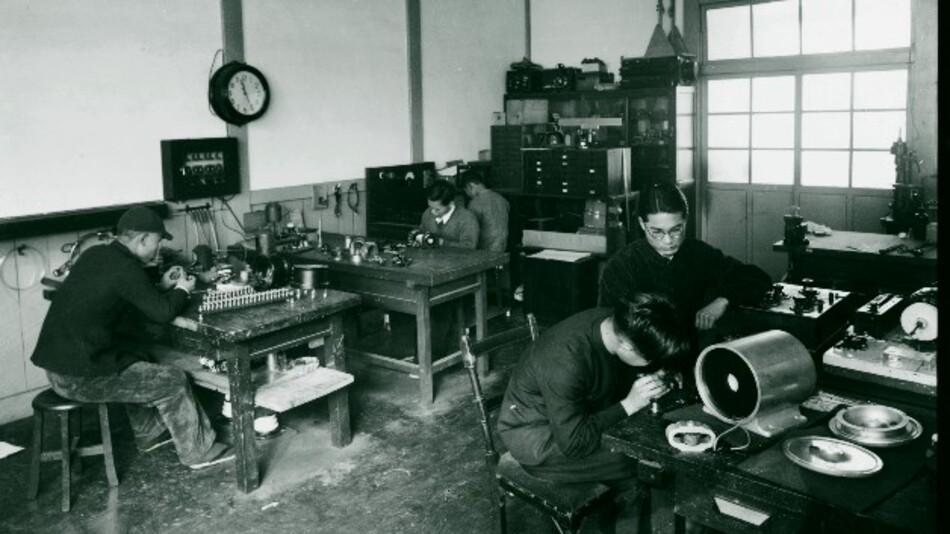Weitere Laboratorien folgen, eins davon –  das Labor von Miyaji Tomota, der später der fünfte Präsident von Yokogawa wird – entwickelt elektrische Indikatoren. Shin Aoki bittet seinen Kollegen, Bedienfeld-Anzeigen herzustellen, die auch den rauen Bedingungen, wie sie auf Seereisen auftraten, standhalten würden. Tomota sucht sich Unterstützung für die Forschung und berät sich mit westlichen Herstellern. Als es ihm schließlich gelingt, robuste Hochleistungsindikatoren nicht nur zu entwerfen, sondern auch zu produzieren, baut er diesen Markt weiter aus.