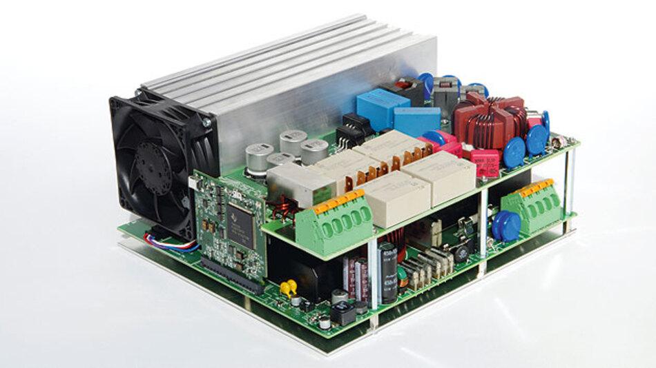 Bild 1. Mit dem vom Fraunhofer ISE entwickelten Wechselrichter lassen sich jährlich bis zu 40 Prozent der Kosten einsparen