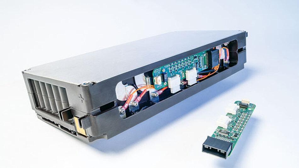 Bild 3. Das Batteriemodul sowie die Leiterplatte für das Batterie-Monitoring. Die Leiterplatte misst 47 cm².