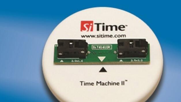 Ein tragbares Programmiergerät ist SiTimes »Time Machine II« (Vertrieb: Endrich), mit dem sich Frequenz, Toleranz, Temperaturbereich und Spannungsversorgung des MEMS-Oszillators kundenspezifisch rasch einstellen lassen.