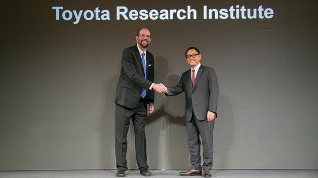 Dr. Gill Pratt, CEO des Toyota Research Instituts (links) und Akio Toyoda, Präsident Toyota Motor (rechts)