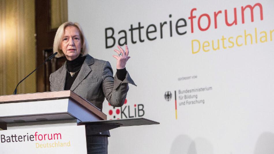 Prof. Dr. Johanna Wanka, BMBF: »Damit Deutschland eine führende und wettbewerbsfähige Position in der Elektromobilität und Speicherung regenerativer Energien einnehmen kann, ist der Aufbau einer Großserien-Fertigung durch deutsche Unternehmen unabdingbar.«