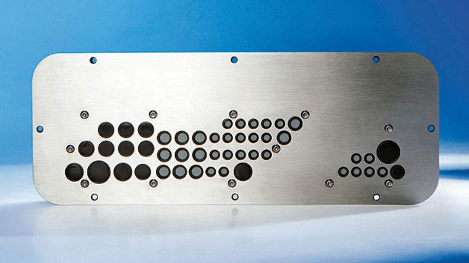 Bild 2. Durchführungsplatte nach Maß gefertigt, für eine CNC-Bearbeitungsmaschine von Trima. Alle Bohrungen sind in der richtigen Größe und am richtigen Platz. Sie ersetzt die aus mehreren Standard-Produkten zusammengesetzte Kabeldurchführung aus Bild 1.