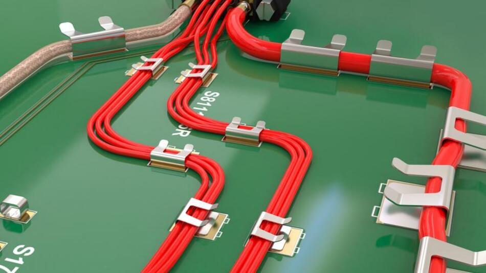 Die Kabelclips aus Metall sind im Vergleich zu sonst gängigen Kunststoff-Clips deutlich kleiner. Sie lassen sich direkt auf die Lötstellen  setzen, was Bohrungen von Haltelöchern überflüssig macht. Die Kabelhalter zeichnen sich durch ihr ultraflaches Profil aus. Dadurch lassen sich wertvoller Platz auf der Leiterplatte sowie Fertigungskosten einsparen.