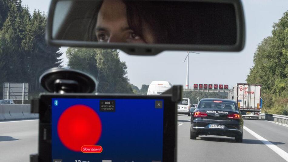 Sollte beim Überholvorgang unerwartet ein Fahrzeug auf die linke Spur ausscheren wollen, wird der Fahrer im Auto auf der Überholspur sofort gewarnt, dass er abbremsen soll.