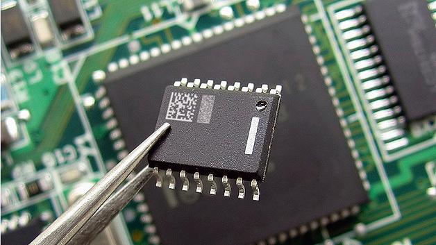 Kopierschutzmuster haben auch auf kleinsten Bauteilen wie Chips Platz. Dafür wird die Kennzeichnung direkt aufgebracht.